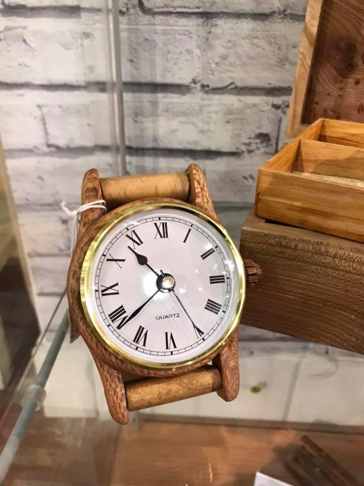 Oversized watch-style CLOCK